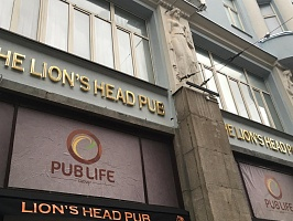 Вывеска для паба The Lion's Head Pub